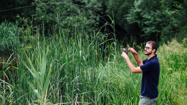 Homme, pêche, sur, lac, à, grandir, herbe, herbe