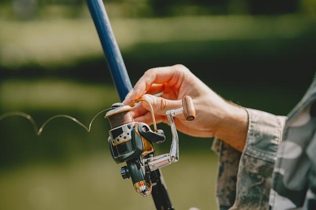 L'homme pêche et tient la canne à pêche