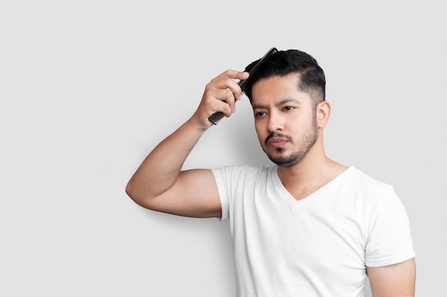 Homme avec un peigne dans ses cheveux