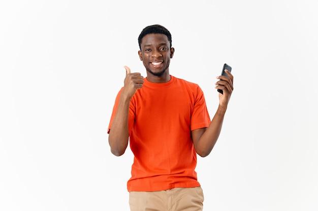 Homme avec un peigne dans ses mains fond clair de coiffure afro. photo de haute qualité