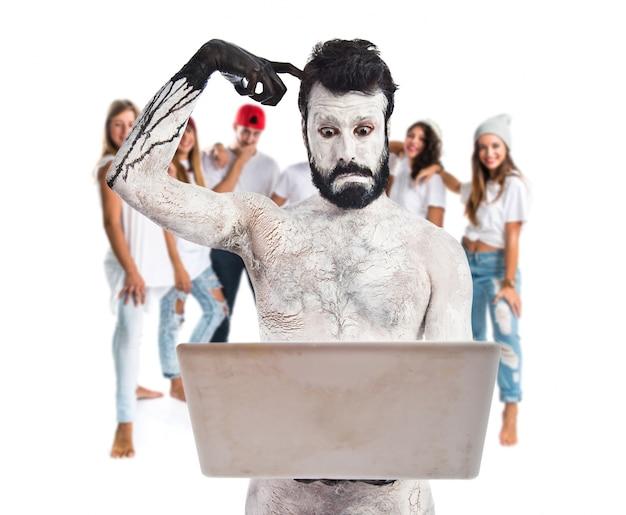 Homme peint avec ordinateur portable