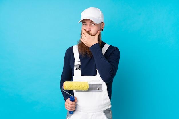 Homme peintre avec longue barbe sur mur bleu isolé en pensant à une idée