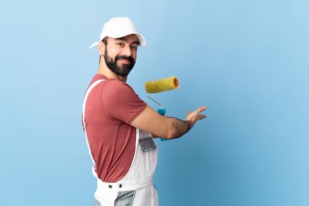 Homme peintre sur mur isolé