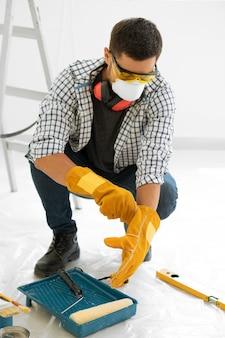 Homme avec peinture d'équipement de protection de sécurité