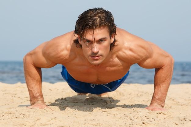 Homme pendant l'entraînement sur la plage