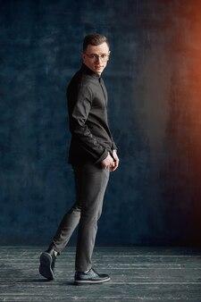 Un homme pensif dans une chemise élégante en bonne forme physique regarde la caméra. ayez confiance en vous, n'ayez pas peur de l'environnement.