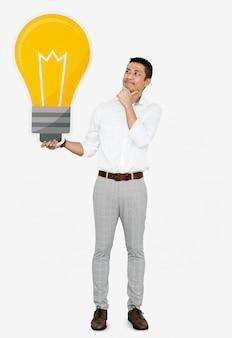 Homme pensif avec une icône d'ampoule
