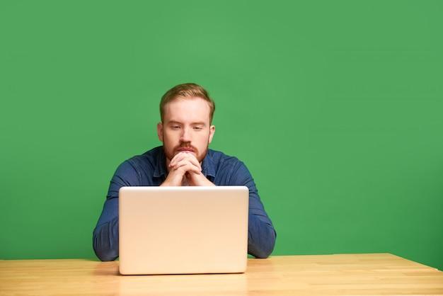 Homme pensif avec ordinateur portable