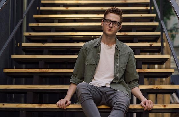 Homme Pensif Portant Des Lunettes Assis Dans Les Escaliers Dans La Rue Photo Premium