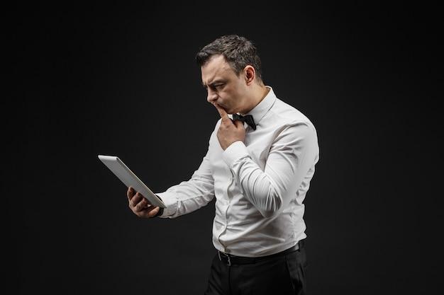Homme pensif regardant pad