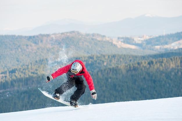 Homme pensionnaire sur son snowboard au winer resort