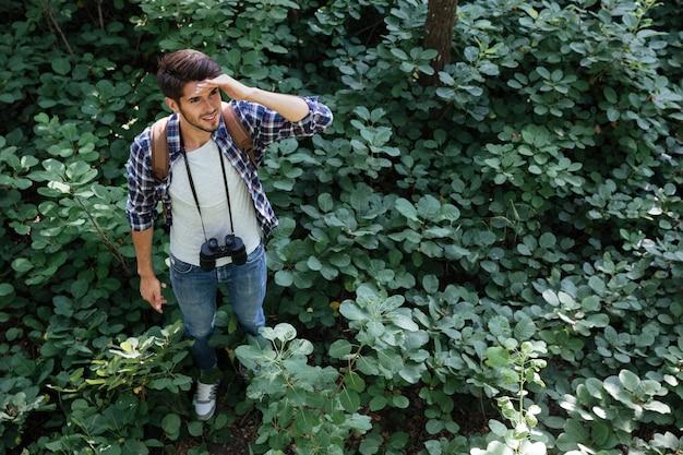 Homme Perdu Dans La Forêt Photo Premium