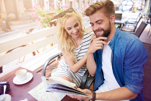Homme avec petite amie planifiant le voyage
