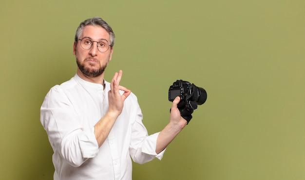 Homme photographe d'âge moyen