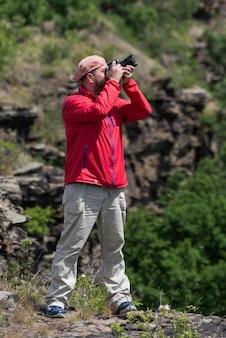 Homme photographe au travail