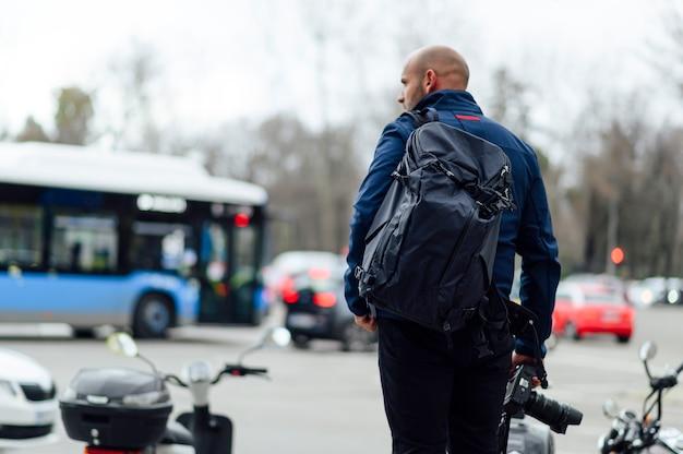 Homme photographe avec sac à dos dans la ville