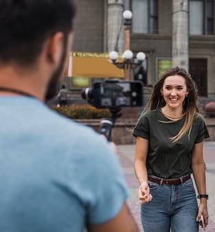Homme photographiant une femme avec un téléphone