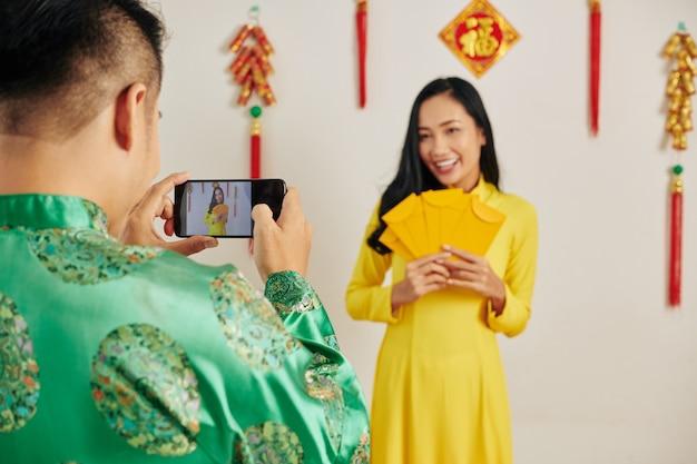 Homme photographiant petite amie au tet