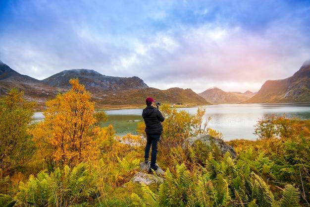 Un homme photographie une belle vue à lofoten, norvège