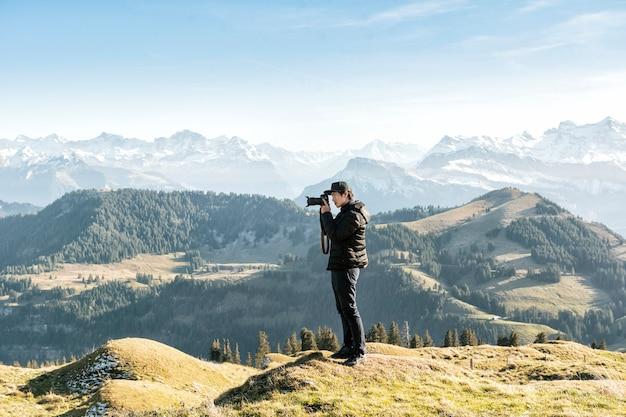 Un homme photographie vue sur la montagne, concept de voyage.