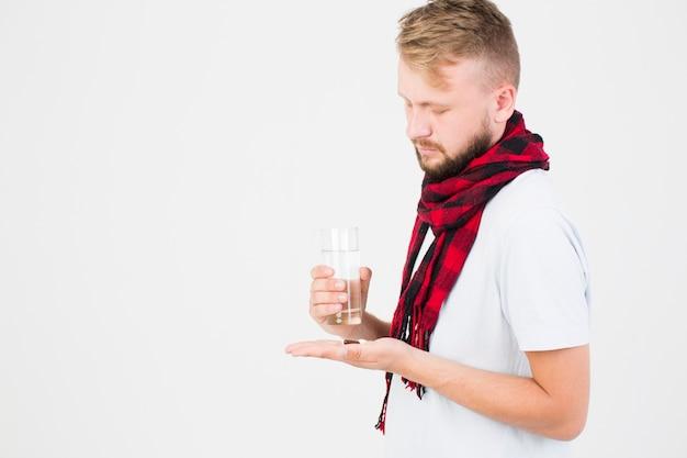 Homme avec pilule dans la main