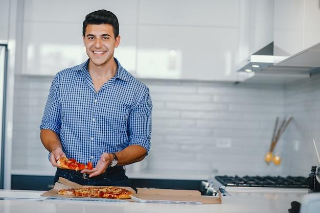 Homme avec pizza