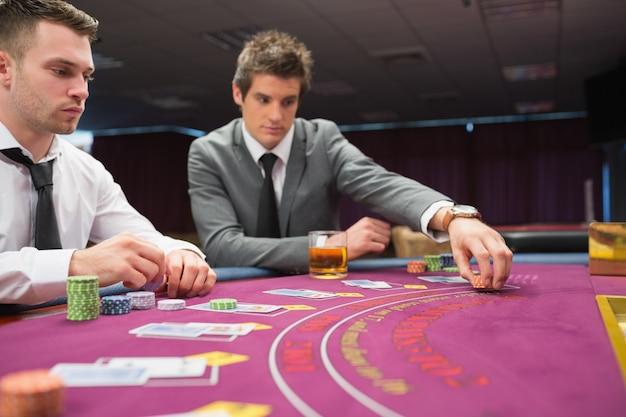 Homme plaçant pari au jeu de poker
