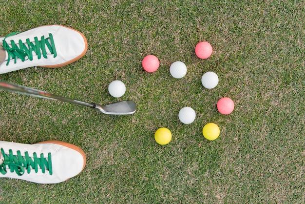 Homme plat laïc jouant au golf