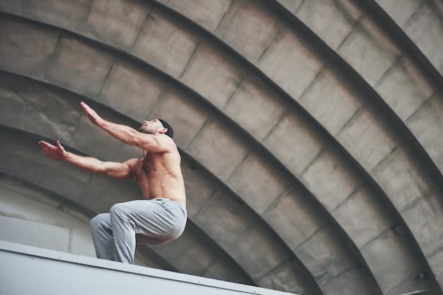 L'homme en plein air pratique le parkour, les acrobaties extrêmes.