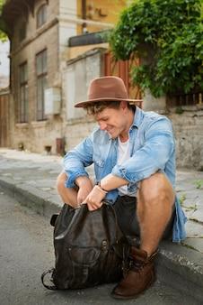 Homme plein coup assis à l'extérieur