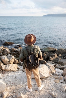 Homme plein coup au bord de la mer