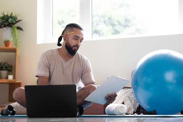 Homme plein coup avec ballon de gym à la maison
