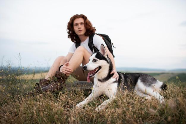 Homme plein coup avec chien dans la nature