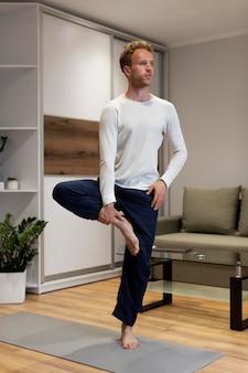 Homme plein coup debout sur une jambe