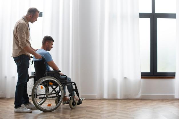 Homme plein coup en fauteuil roulant