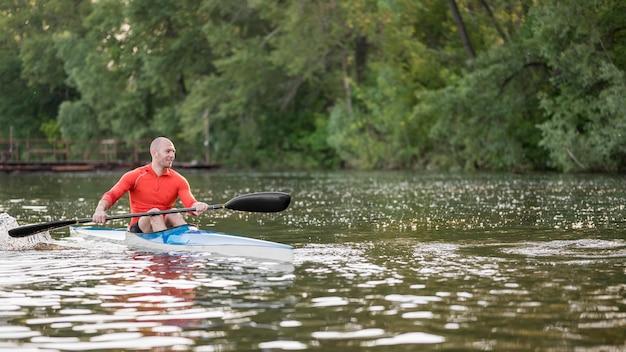 Homme plein coup en kayak