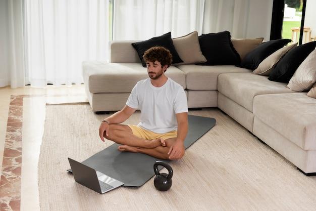 Homme plein coup méditant sur tapis