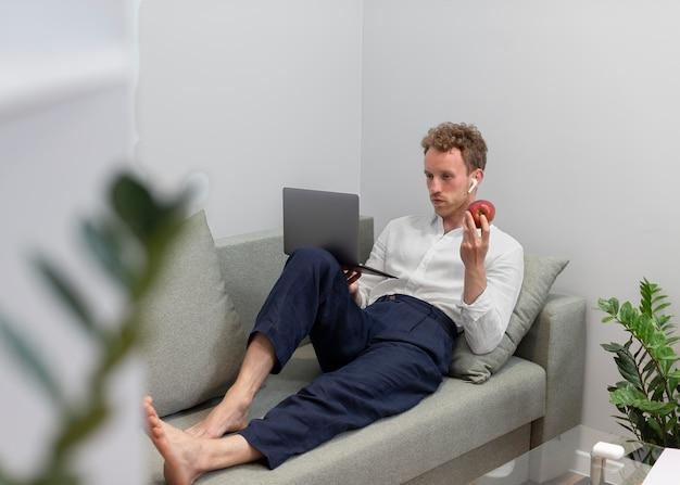Homme plein coup avec ordinateur portable