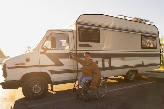Homme plein coup près du camping-car