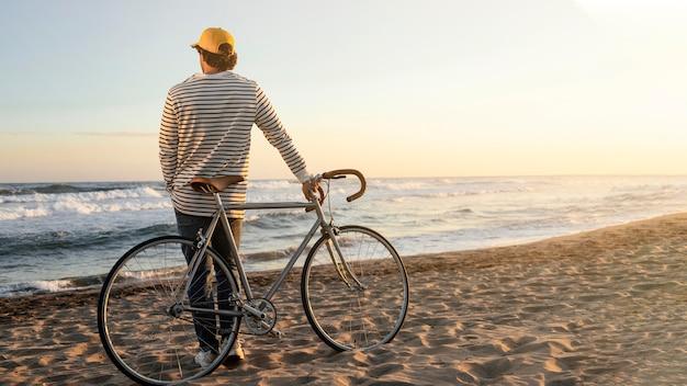 Homme plein coup en regardant la mer