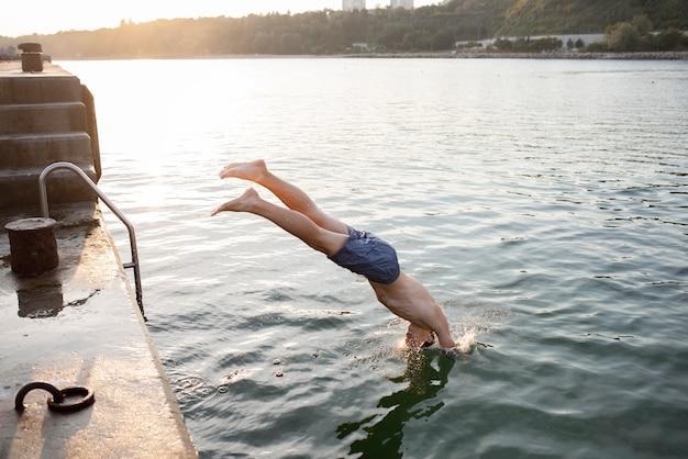 Homme plein coup sautant