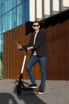 Homme plein coup avec scooter