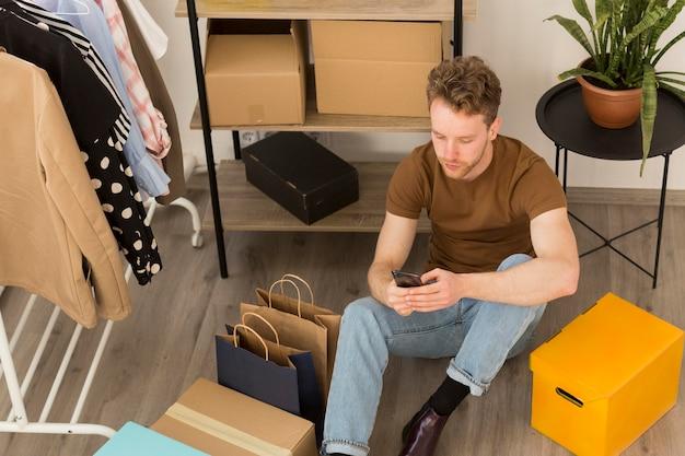 Homme plein coup sur le sol avec smartphone
