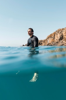 Homme plein coup sous l'eau