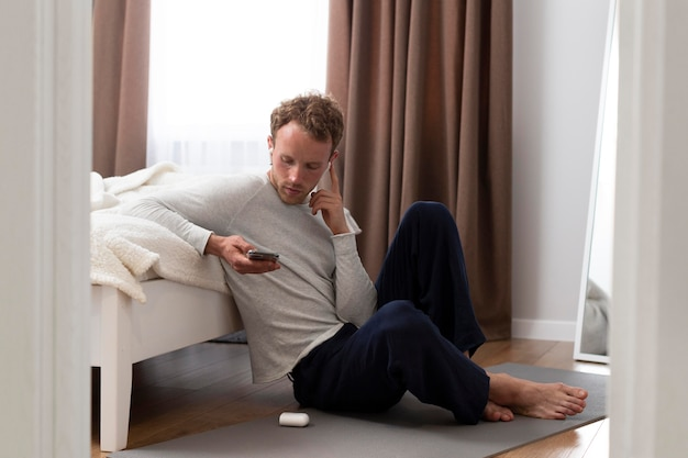 Homme plein coup tenant le téléphone
