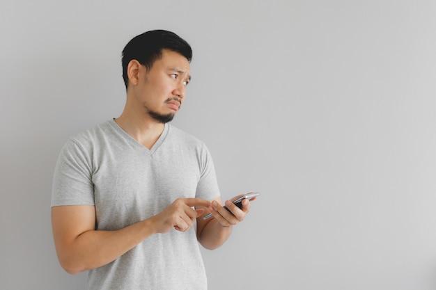 L'homme pleure et triste avec ce que montrent sur le smartphone.