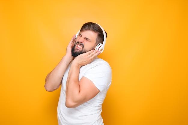 L'homme plissa les yeux, pressa ses mains sur les écouteurs et écouta de la musique avec diligence.