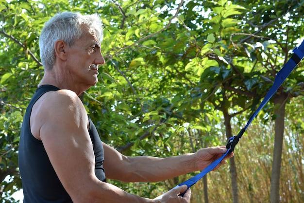 Homme plus âgé trx formation