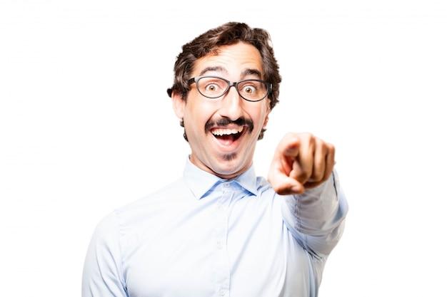 Homme pointage tout en rire