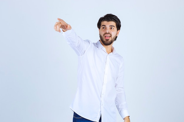 Homme pointant du doigt quelqu'un sur le côté gauche
